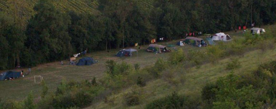 Mooie rustige camping a la ferme, veel schaduw, hele ruime plaatsen, schoon sanitair.